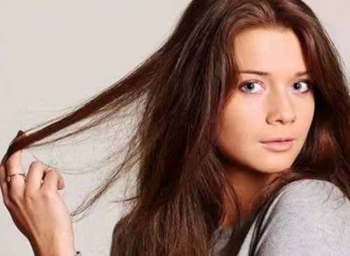 alisando el cabello con keratina sin formol