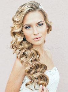 un peinado con el pelo suelto y una corona de flores frescas acompaara un estilo boho chic y a una novia muy joven si te tienta hacerte un corte boho te - Peinados Pelo Largo Suelto