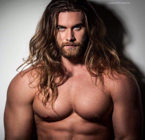 hombre con pelo largo y corte degradado