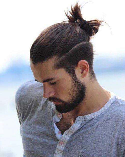 hombre con corte de pelo degradado y parte superior larga