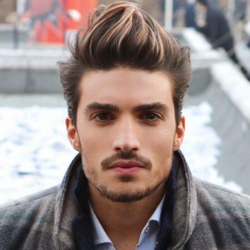 hombre con corte de pelo degradado y hopo tipo cresta