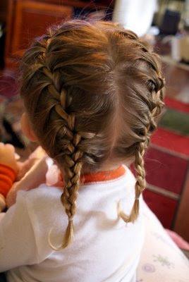 La trenza cocida es una buena opción a la hora de elegir como peinar a tu pequeña. Ya que cuanto menos pelo tiene mejor y más prolija queda.