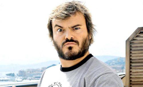 Hombre con corte flequillo al costado y barba