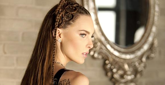 Para que este look quede perfecto, te recomendamos que lo hagas con alguien que sepa realizar estos peinados.
