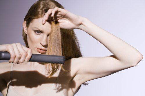 mujer planchando el pelo