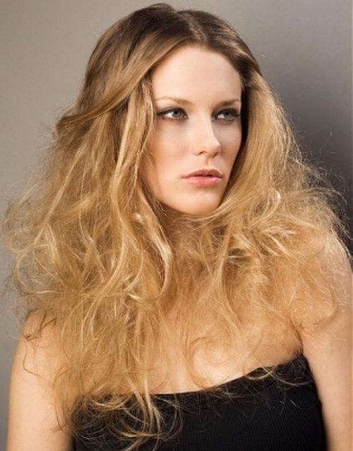 mujer con corte asimetrico pelo largo