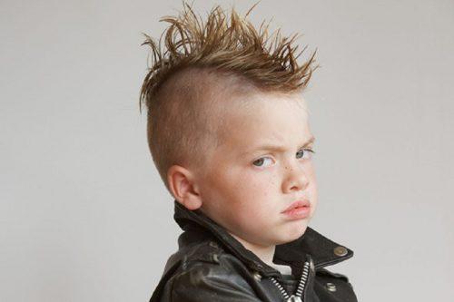 niño con corte de pelo con estilo rockero