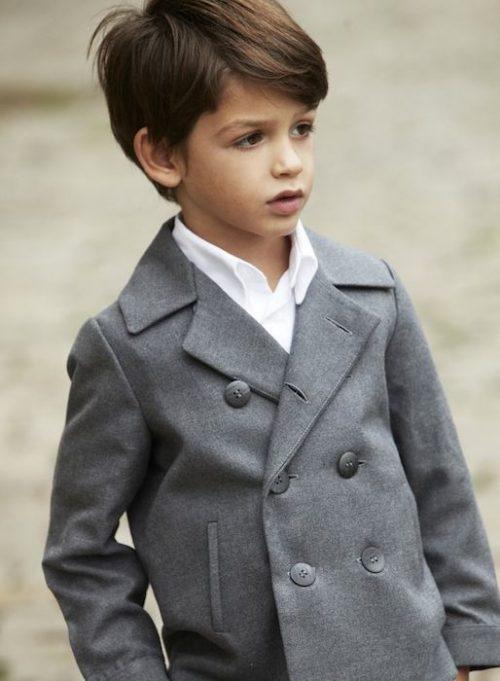 niño con corte de pelo casual