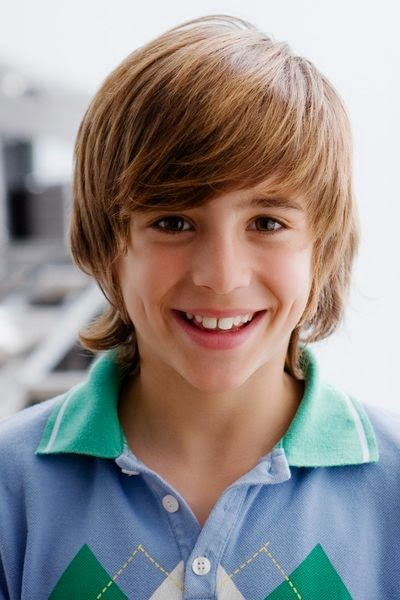 niño con corte de pelo largo