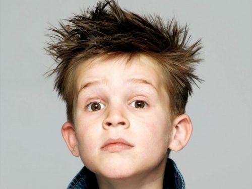 niño con corte de pelo alocado