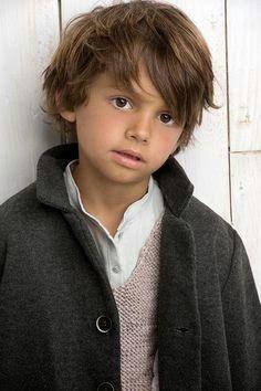 niño con corte de pelo estilo pop star