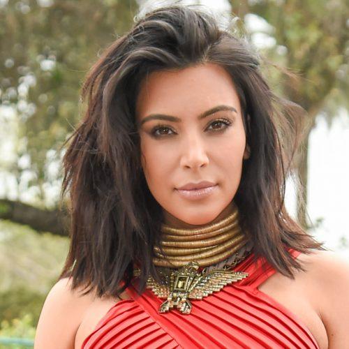 mujer con corte de pelo midi en capas