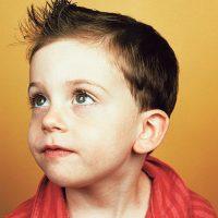 niño con corte estilo nurak