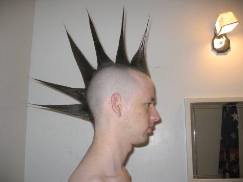hombre con peinado mohicano