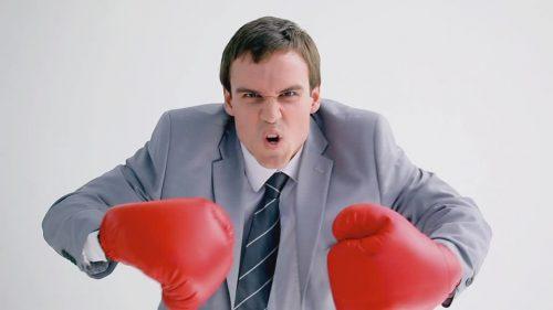 hombre combatiendo la caspa