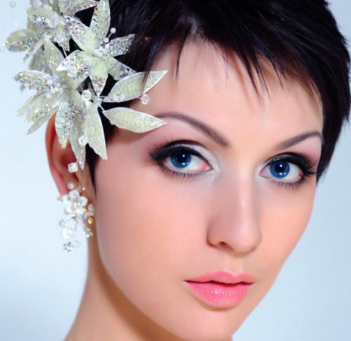mujer con pelo corto y flor