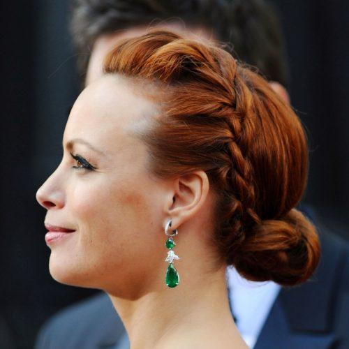 mujer con peinado con trenzas