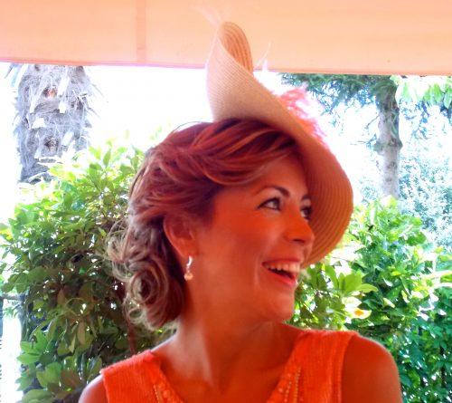 mujer con peinado semirecogido y sombrero