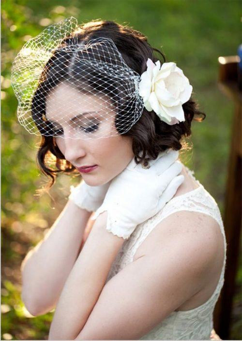 mujer con rizos, velo y flor