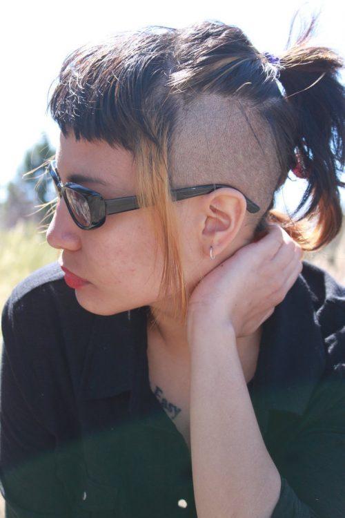 mujer con peinado mohicano