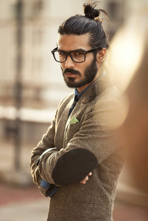 hombre con peinado hipster recogido