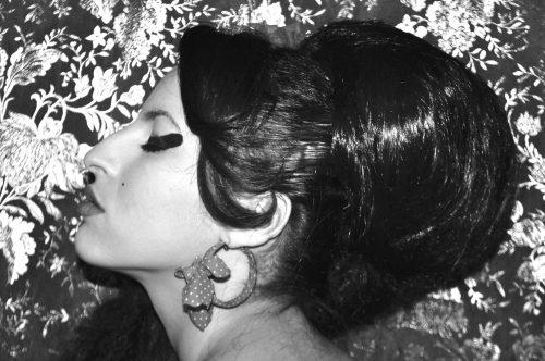 mujer con peinado pompaudour