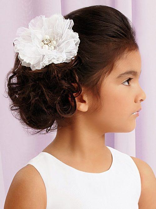 niña con flor en el pelo