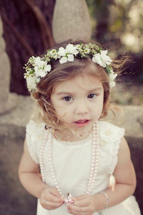 niña corona de flores