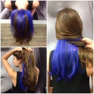 Mechas azules debajo del cabello