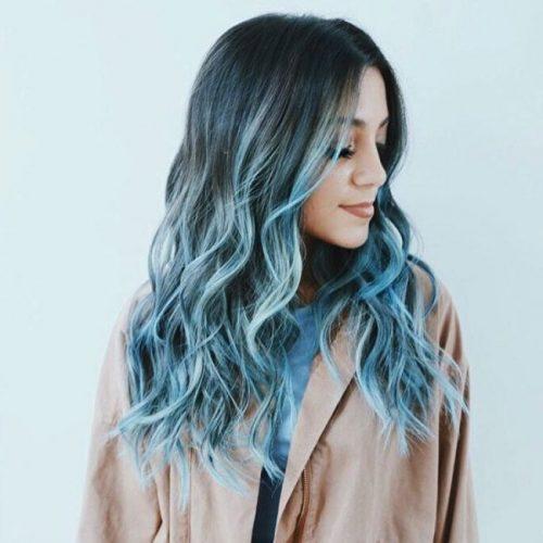 Mechas azules cabello rizo