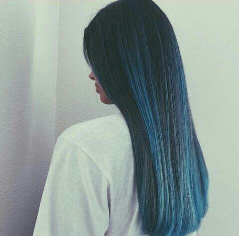 Mechas azules cabello liso