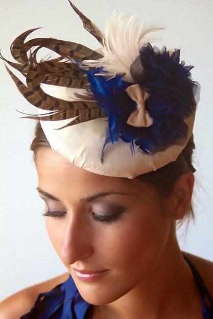 Peinados con tocados plumas