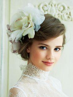 Peinados con tocados flores sombrero