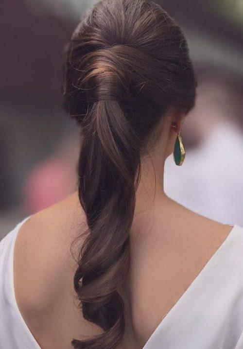 Peinado de madrina coleta lacia