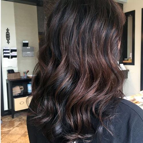 Color de pelo chocolate oscuro con mechas