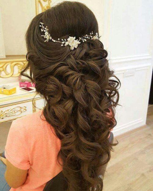 peinados para 15 años cabello suelto con tocado y volumen