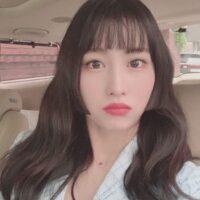 corte kpop mujer mechones en rostro