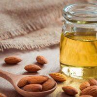 frasco de aceites de almendras utilizado para cuidar el cabello