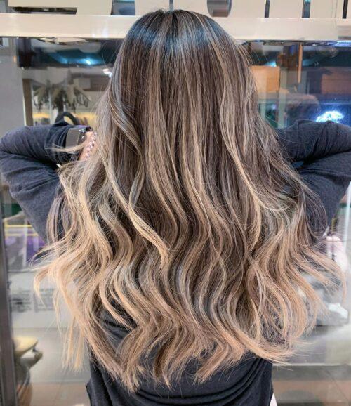 Mechas rubias en cabello ondulado