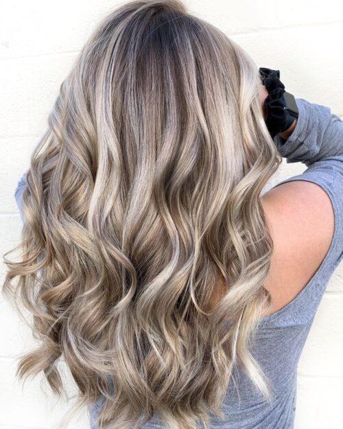 Mechas rubias en pelo castaño tono cenizo