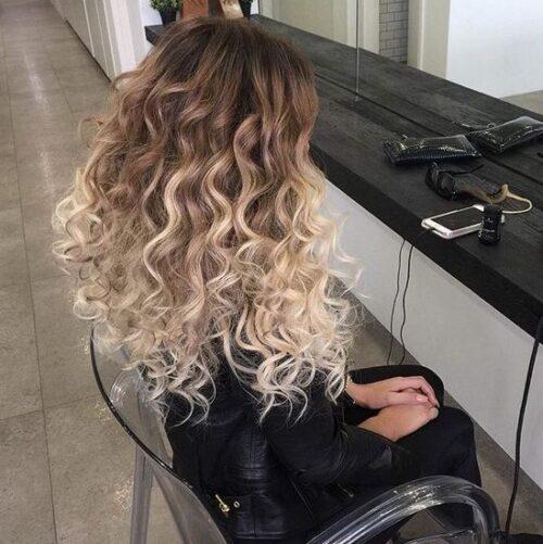 Mechas balayage cabello rizado y raíz oscura